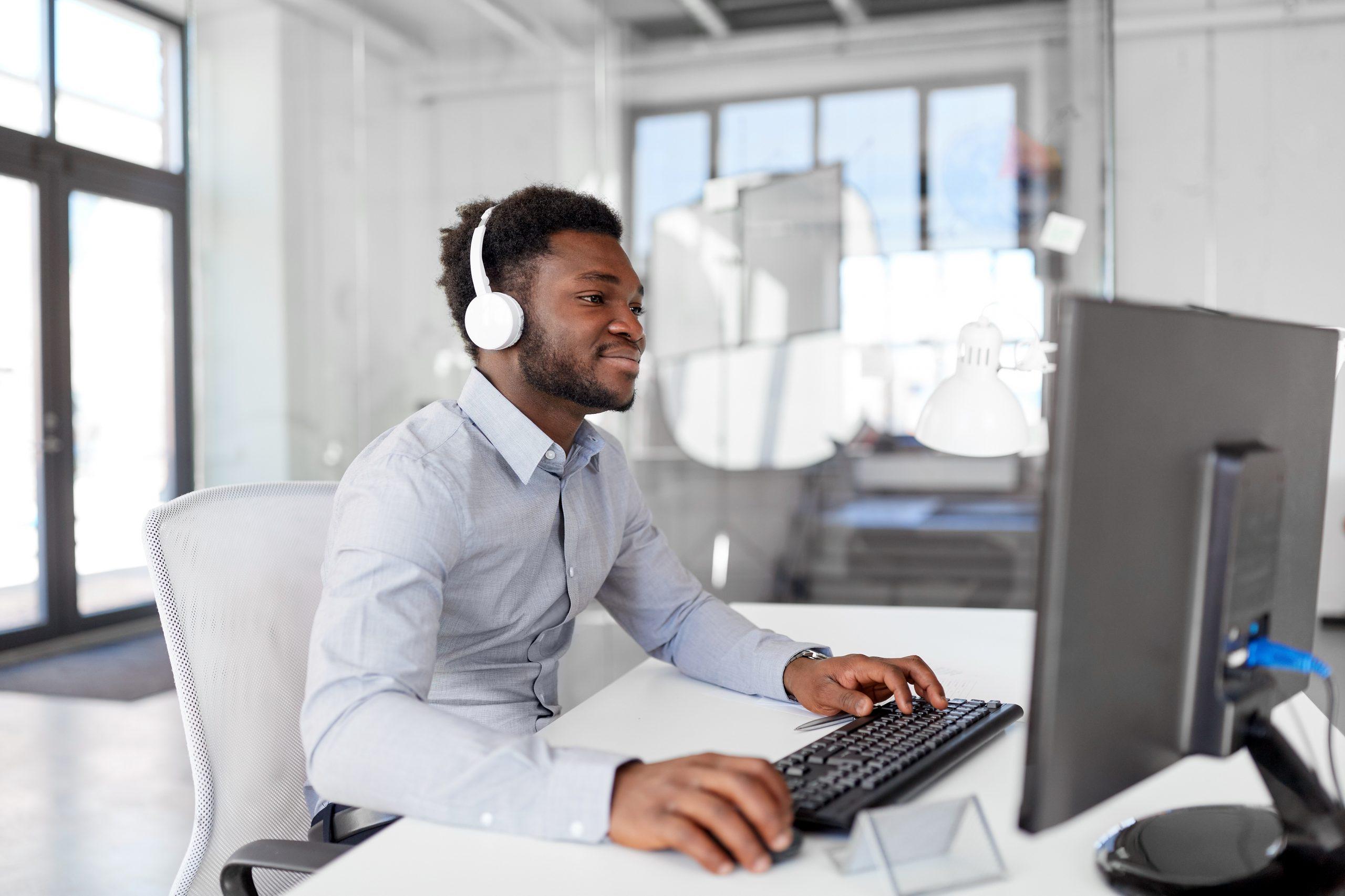 Un homme suis des formations à distance sur le bâtiment sur un ordinateur